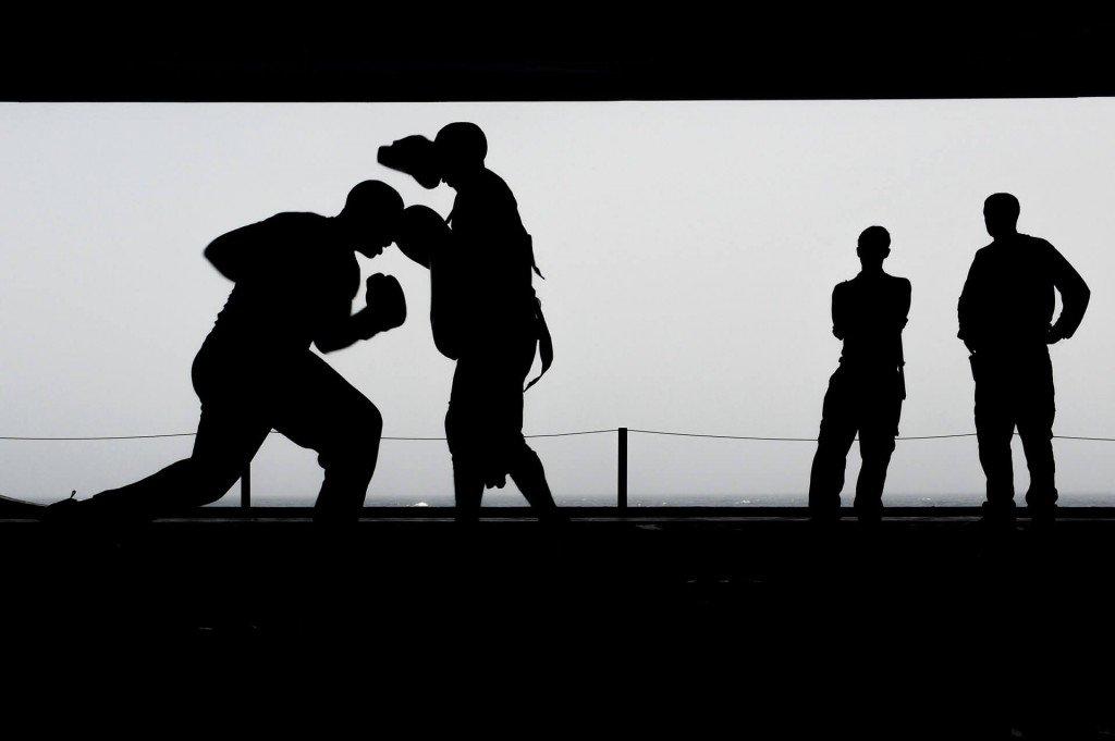 Homens utilizando o boxe como parte do treino hiit