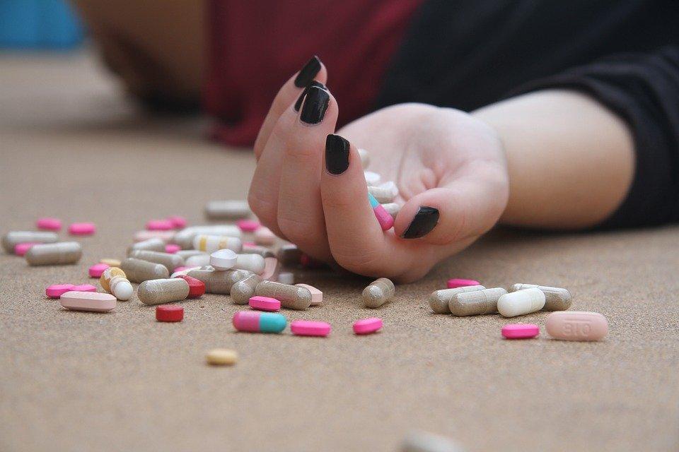 mulher-caída-ao-chão-com-diversos-medicamentos-para-obesidade
