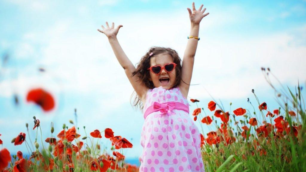 menina-pulando-feliz-em-jardim-post-óleo de coco