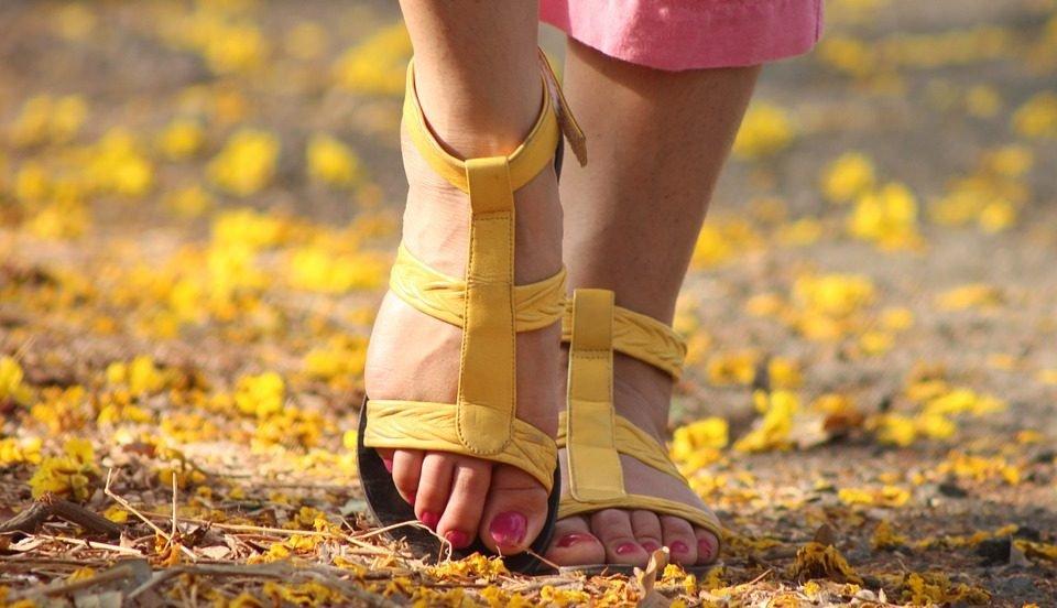 pes-de-pessoa-caminhando-post-modulação hormonal bioidêntica